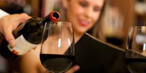 Comment servir le vin dans un verre ?